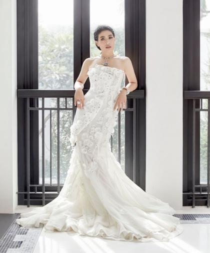 Váy đuôi cá cắt lớp hợp với vóc dáng đầy đặn của công chúa Giambattista Valli Couture.