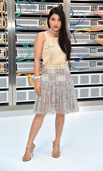 Sirivannavari Nariratana mặc váy cắt laser và áo kaki xem buổi diễn có chủ đề thế giới tương lai của Karl Lagerfeld hồi tháng 10/2016.
