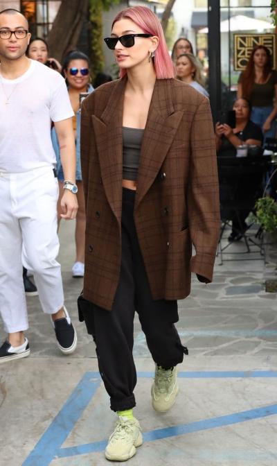 Người mẫu Hailey Baldwin khoe street style với tóc hồng, vest thập niên 1980.