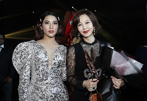 Ngôi sao phim truyền hình Hàn Quốc từ thập niên 1990 chụp hình cùng diễn viên Yan My.