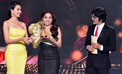 Diễn viên Khả Như (thứ hai từ trái sang) giành giải Nữ diễn viên sân khấu được yêu thích.