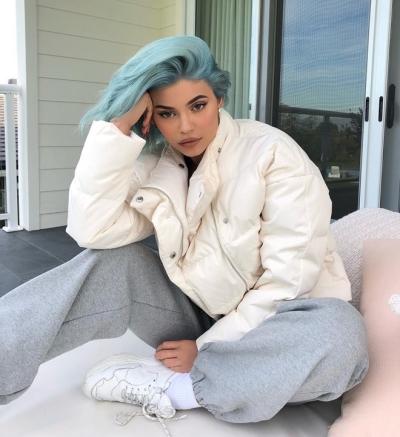 Mái tóc xanh lơ giúp Kylie Jenner nổi bật.