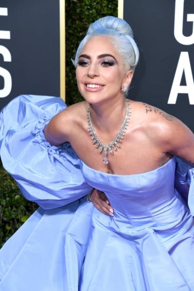 Mốt neon còn được các sao áp dụng trên tóc. Lady Gaga đem không khí tươi mới đến Quả Cầu Vàng bằng mái tóc xanh da trời.