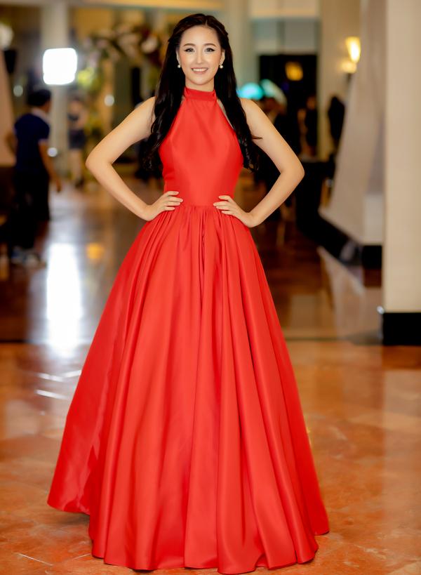 Mai Phương Thúy diện váy cổ yếm đi sự kiện