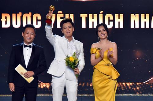 Ngô Kiến Huy (giữa) giành giải Người dẫn chương trình,