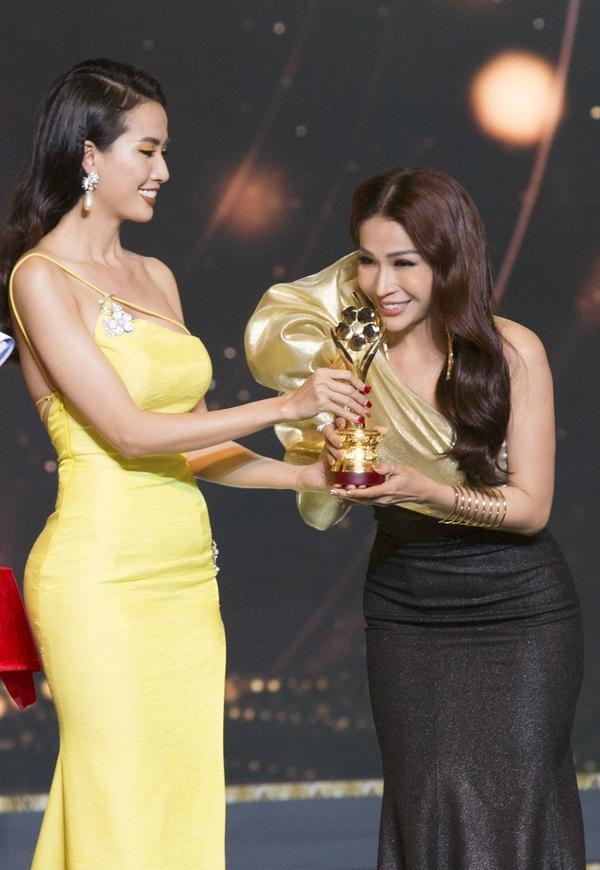 Phan Thị Mơ đeo trang sức kim cương 1,3 tỷ đồng