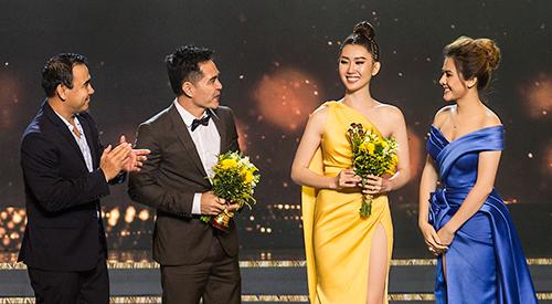 Diễn viên Thúy Ngân (váy vàng) và diễn viên Trung Dũng (thứ hai từ trái sang).