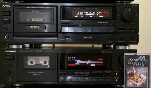 Có một chiếc cassette để nghe nhạc là niềm mơ ước của nhiều thanh niên Việt Nam ở nông thôn thời kỳ 1980.