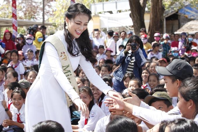 Học trò Bến Tre vây quanh Hoa hậu Phương Khánh