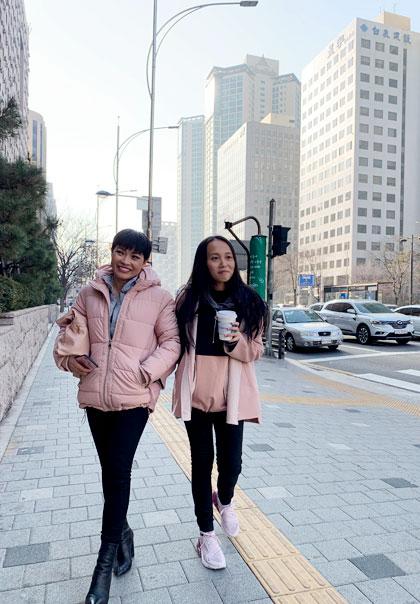 Trong hai ngày đến Seoul (12 và 13/1), mẹ con ca sĩ tranh thủ đi mua sắm và thăm một số địa điểm nổi tiếng.