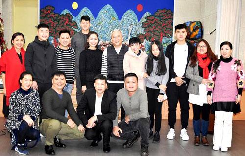 Phương Thanh (đứng thứ năm từ phải sang) là ca sĩ khách mời cho một chương trình của Đại sứ quán Việt Nam tại Hàn Quốc.