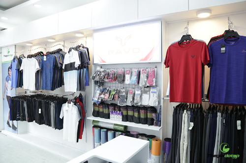 Khu vực trưng bày rộng, thiết kếhiện đại, phân lối hợp lý giúp việc di chuyển trong cửa hàngdễ dàng. Trong không gian của showroom, những kệ kính bày sản phẩm xen kẽ khu vực giá treo,giúp khách hàng dễhình dung kiểu dáng, tính năng của sản phẩm.