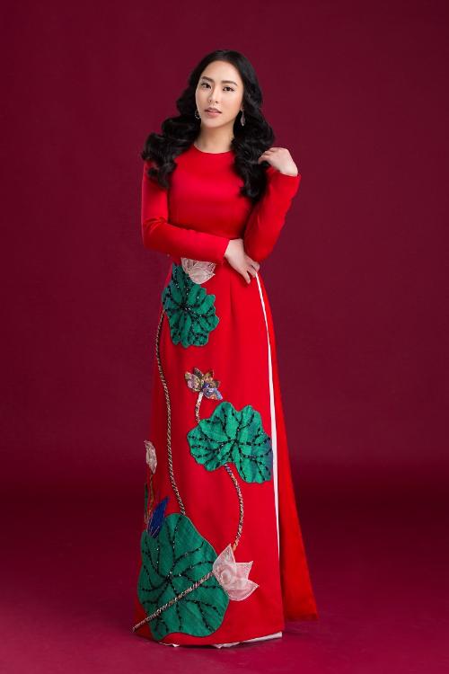 Trước đó nữ doanh nhân xuất hiện trong bộ áo dài đỏ đậm chất dân tộc chào Xuân 2019. Bộ áo dài mang âm sắc ngày Xuân tôn lên diện mạo yêu kiều của Thu Hoàng.