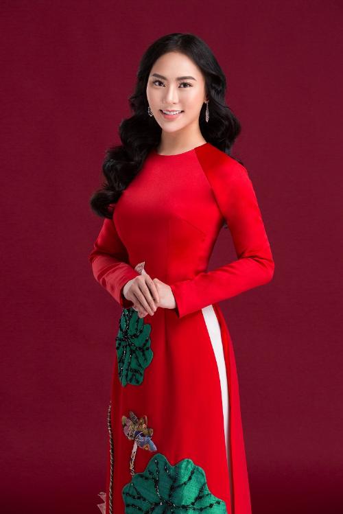 Lấy cảm hứng từsen, Ngô Nhật Huy tạo hình lá, hoa sen nổi bằng các chất liệu voan, đũi đính trên nền áo dàilụa đỏ.