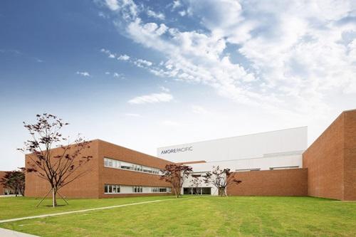 Phòng thí nghiệm nhỏ được thành lập vào năm 1954 giờ đây là Viện nghiên cứu công nghệ Thái Bình Dương, , chuyên nghiên cứu các loại thảo dược và là nơi phát minh ra nhiều sáng chế trong công nghệ chăm sóc sắc đẹp.