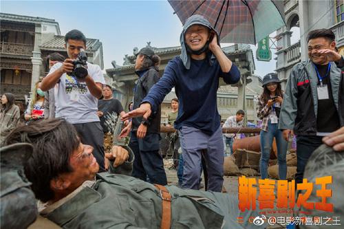 Châu Tinh Trì và Vương Bảo Cường (nằm) trên trường quay.