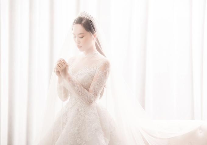 NSND Trung Hiếu âu yếm cô dâu trong ảnh cưới