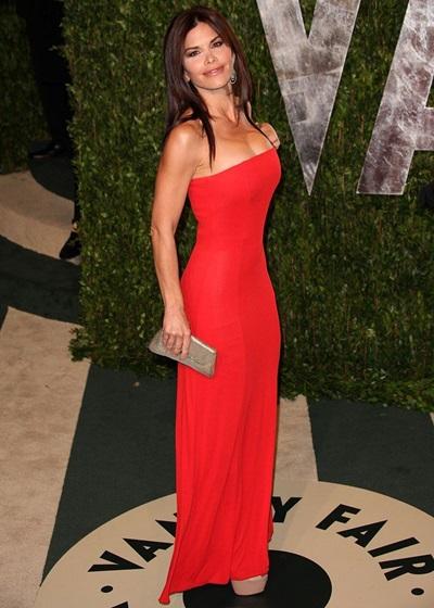 Lauren Sanchez trong bộ váy đỏ quây ngực ơ tiệc hậu Oscar năm 2012.