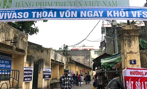 Băng rôn ở cổng hãng phim (số 4 Thụy Khuê, Hà Nội).