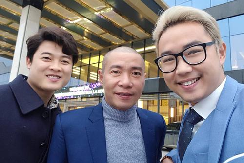 NSƯT Công Lý (giữa) và diễn viên Minh Tít (phải) cũng có mặt từ hôm qua để mừng hạnh phúc Trung Hiếu. Công Lý, Trung Hiếu là đồng nghiệp lâu năm ở Nhà hát Kịch Việt Nam.