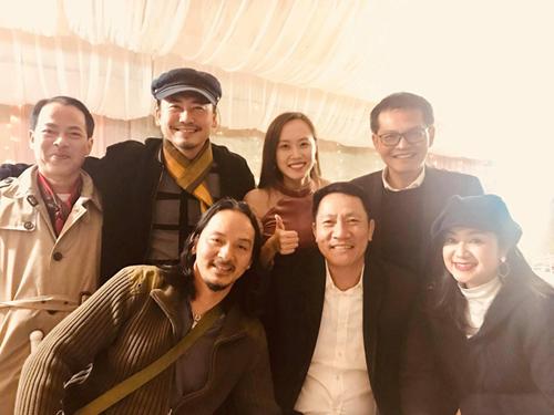Diễn viên Thu Hà (phải) và Hoàng Hải (giữa) cũngđến mừng hạnh phúc đàn em. Các nghệ sĩ chia sẻ do thời tiết lạnh, đường sá xa xôi, chỉ một số ít nghệ sĩ dự tiệc. Lễ cưới ở Hà Nội dự kiến đông đủ bạn bè nam diễn viên.