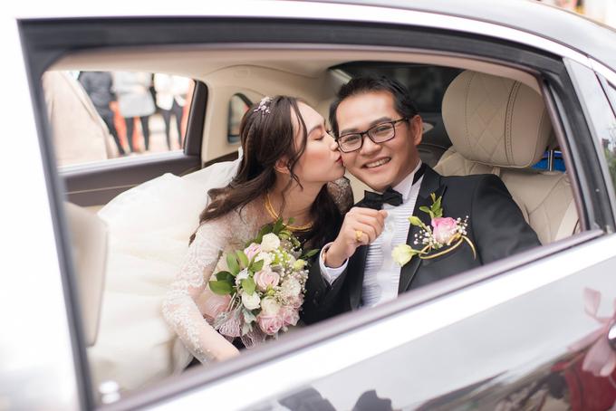 Nghệ sĩ Trung Hiếu cười rạng rỡ bên cô dâu 9x - VnExpress