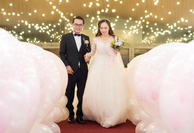 Nghệ sĩ Trung Hiếu cười rạng rỡ bên cô dâu 9x