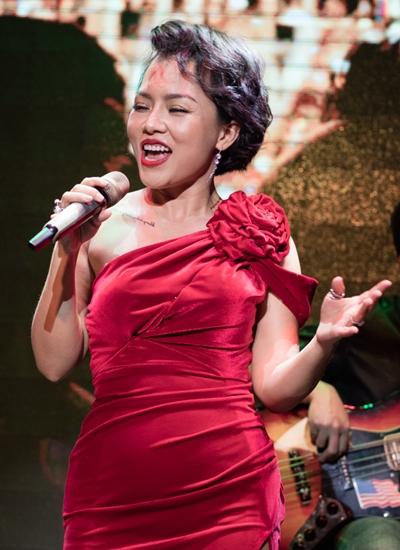 Thái Thùy Linh trong đêm nhạc.