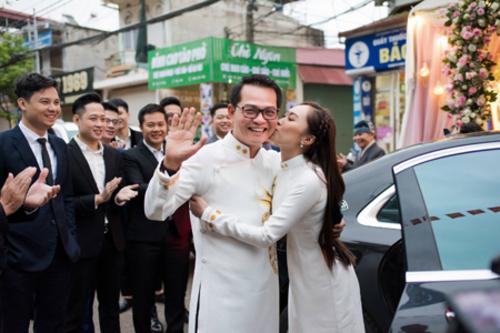 Đám cưới NSND Trung Hiếu diễn ra ở một nhà hàng sang trọng. Vì đường sá xa xôi, chú rể và họ hàng có mặt ở Sơn La từ hôm qua. Đoàn nhà trai thuê khách sạn để ở lại, kịp giờ cử hành lễ.