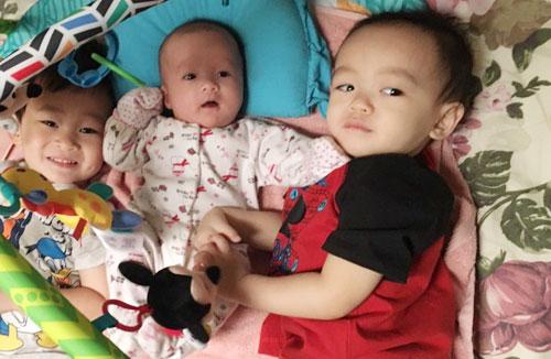 Bé Nu (giữa) bên hai anh trai.