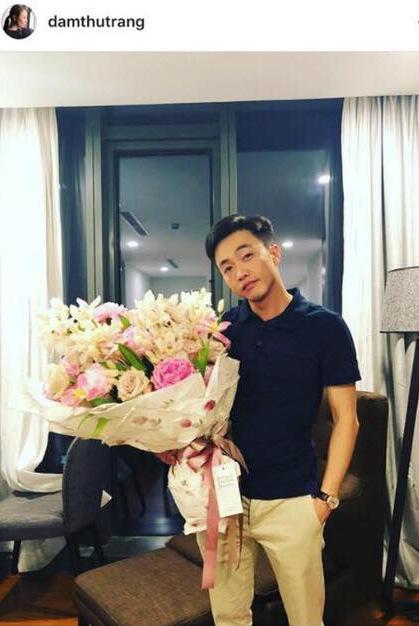 Tháng 9/2017, Cường Đô La và Đàm Thu Trang cùng chia sẻ trạng thái đã đính hôn. Dù không xác nhận với truyền thông, bạn bè hai người đều gửi lời chúc mừng. Cường Đôla và Đàm Thu Trang công khai hình ảnh của đối phương vào cuối tháng 11/2017. Cô đăng tấm ảnh bạn trai với bó hoa tươi thắm trên tay vào đúng ngày sinh nhật mình. Ngoài lời cảm ơn, người đẹp còn gửi lời yêu đến anh.