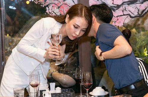 Ngày 6/2, trong buổi khai trương nhà hàng của bạn gái, doanh nhân Quốc Cường bất ngờ đến chúc mừng,