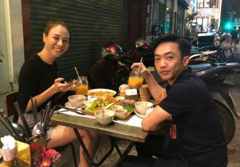 Cường Đô La đăng ảnh cả hai ngồi ăn ở quán vỉa hè và chia sẻ: Our 14/2/2018 (Ngày 14/2/2018 của chúng tôi). Đây là lễ tình nhân đầu tiên bên nhau của họ.