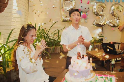 trong tiệc sinh nhật của Đàm Thu Trang, Cường Đô la cũng bất ngờ xuất hiện khiến người đẹp không khỏi xúc động.