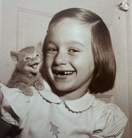 Sự sinh động của mèo con - chạy khắp căn hộ mỗi đêm không ngừng nghỉ, đánh nhau với bóng của mình trong gương - là cảm hứng để vợ chồng ông đặt cho chú mèo tên Loco (từ lóng của Mỹ, có nghĩa là điên cuồng). Ông chụp hình Loco và nhanh chóng gửi tới nhiều tạp chí. Sau khi tốt nghiệp Đại học New York, ông trở thành nhiếp ảnh gia tự do để kiếm sống và đến giữa thập niên 1950, Chandoha bắt đầu một trở thành nhiếp ảnh gia thương mại về mèo nổi tiếng. Trong hình, con gái Paula của Chandoha khi sáu tuổi, chụp cùng một chú mèo con.