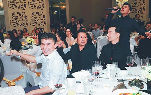 Nhạc sĩ Tú Dưa, Bằng Kiều, MC Thành Trung, ca sĩ Tuấn Hưng (từ trái sang) cùng góp mặt trong một buổi tiệc ở Hà Nội.