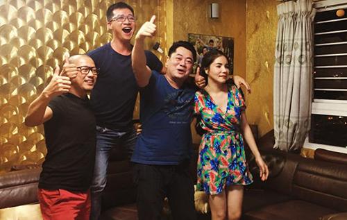 Vợ chồng Kiwi Ngô Mai Trang (phải) rủ bạn thân - đạo diễn Dũng Nghệ (thứ hai từ trái sang) - đến nhà cùng xem bóng. Các nghệ sĩ ôm nhau khi trận đấu kết thúc.