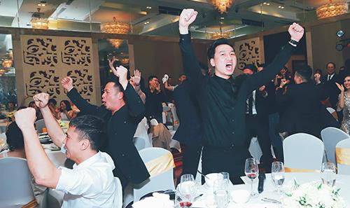 Vừa ăn tiệc họ vừa xem trận đấu. Các nghệ sĩ nhảy lên sung sướng khi Việt Nam vượt qua Jordan 4 - 2 ở loạt luân lưu.