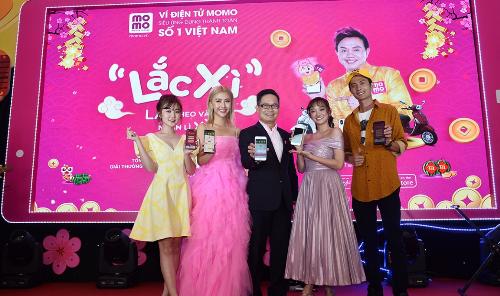 Sao Việt ăn mừng chiến thắng bóng đá bằng điệu nhảy Lắc Xì