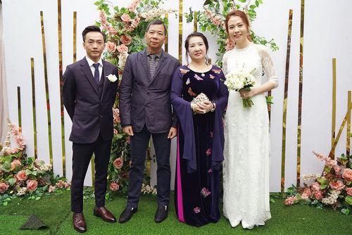 Chú rể chia sẻ ảnh gia đình mới và gửi lời cảm ơn bố mẹ đã ủng hộ cho cuộc hôn nhân với Đàm Thu Trang.