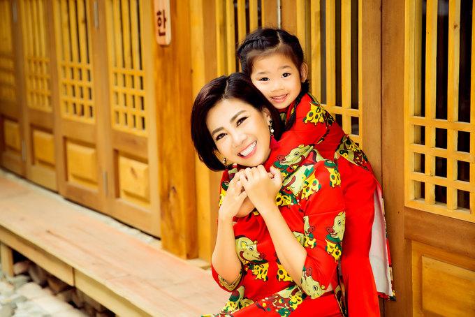 Mai Phương chụp ảnh Tết bên con gái