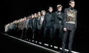 Người mẫu Dior trình diễn trên băng chuyền thay vì catwalk