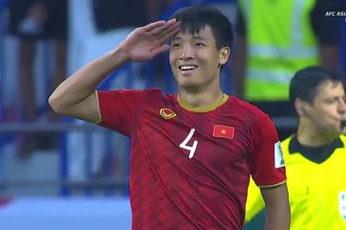Trong chiến thắng của Việt Nam trước Jordan tại Asian Cup tối 20/1, Bùi Tiến Dũng là cầu thủ ghi bàn penalty quyết định để đưa đội nhà vào tứ kết. Khoảnh khắc ghi lại động tác chào cờ của Tiến Dũng sau khi sút phạt thành công gây sốt trên mạng xã hội. Nhiều người nhớ tới hình ảnh một năm trước, khi anh Dũng sút penalty ở trận gặp Iraq ở tứ kết U23 châu Á ở Thường Châu, Trung Quốc.