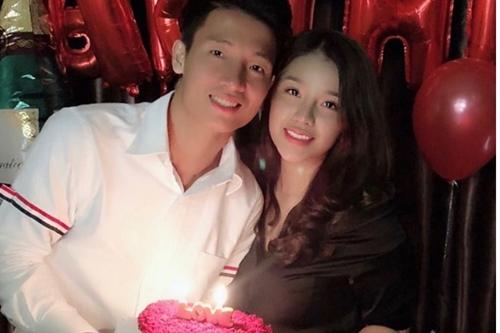Bùi Tiến Dũng công khai tình cảm với bạn gái Khánh Linh vào tháng 10. Tối 20/1, người yêu anh chúc mừng chiến thắng đội nhà và gọi bạn trai là my love.