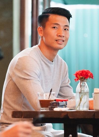 Áo thun trơn là mẫu trang phục yêu thích của Tiến Dũng trong các dịp tụ tập cà phê cùng bạn bè.