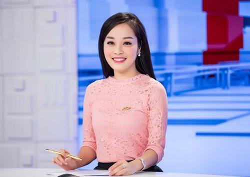 Minh Hương trẻ trung, tươi tắn khi làm MC.