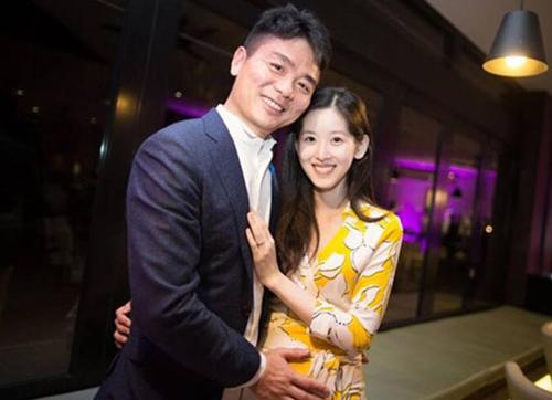 Vợ chồng tỷ phú Lưu Cường Đông. Họ kết hôn năm 2015, có con gái đầu lòng năm 2016.