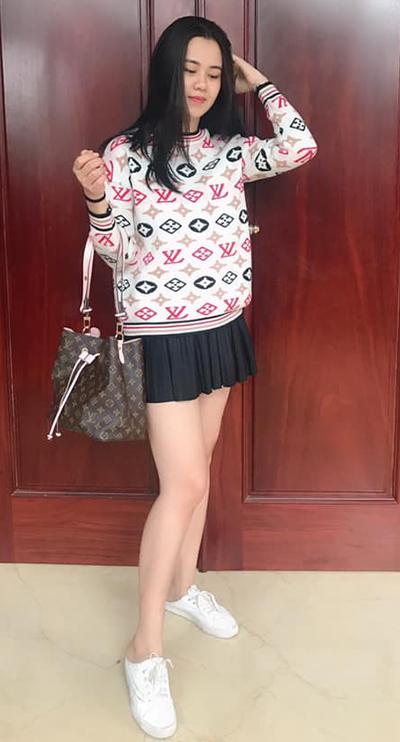 Thuỳ Phương mặc áo, túi cùng hiệu Louis Vuitton. Chân váy ngắn xếp ly và giày thể thao đạp gót mang đến vẻ năng động cho hot girl.