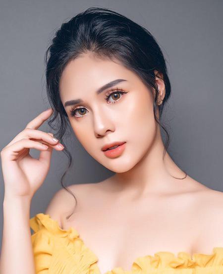 Huyền Trang sinh năm 1996 ở Quảng Ninh.Cô từng vàotop 5Hoa hậu Đại dương 2017, dự thi Hoa hậu Hoàn vũ 2017.