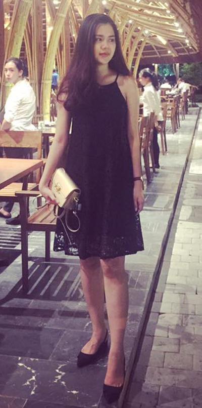 Vợ Quế Ngọc Hải kết hợp váy ren dáng suông và giày mũi nhọn.